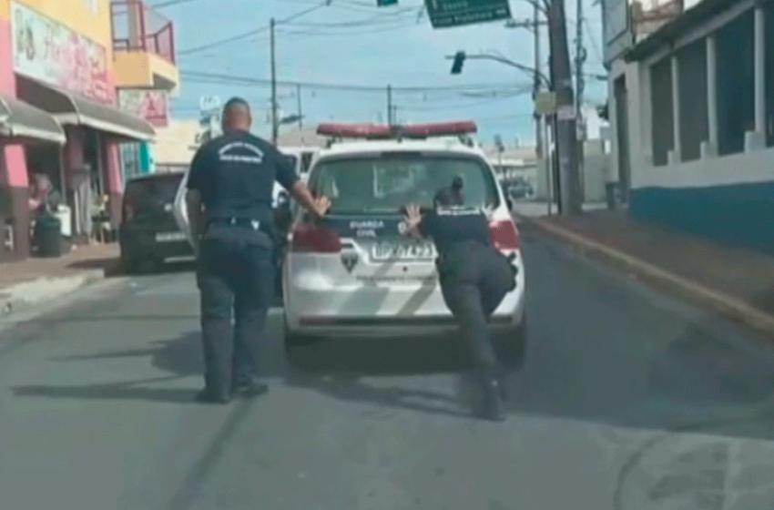 Guardas civis de Salto de Pirapora empurram viatura