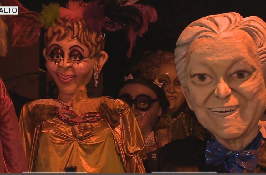 Desfile de bonecões em Salto encanta foliões