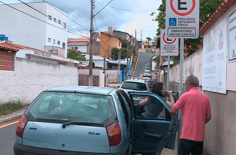 Placas em calçadas causam problemas para pedestres em Votorantim