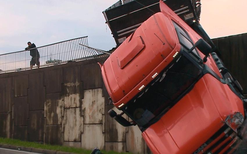 Carreta fica pendurada na Rodovia Raposo Tavares (17/03)