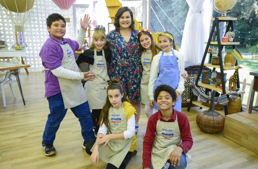 """Nanci, de """"As Aventuras de Poliana"""", visita mini confeiteiros no episódio de amanhã de """"Júnior Bake Off"""""""