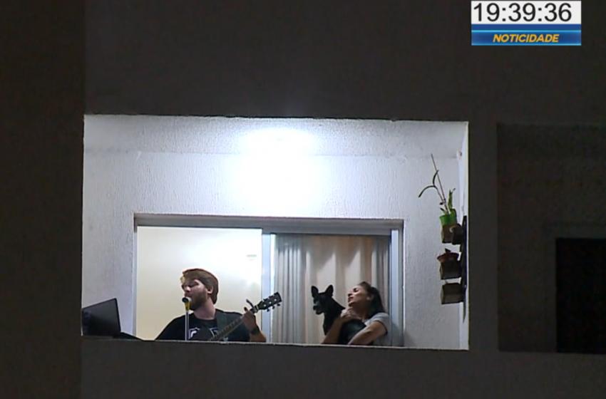 Casal faz show em sacada do apartamento durante a quarentena.