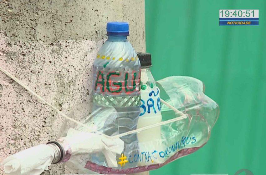 Irmãs em Sorocaba instalam suporte com água e sabão para coletores de reciclagem.