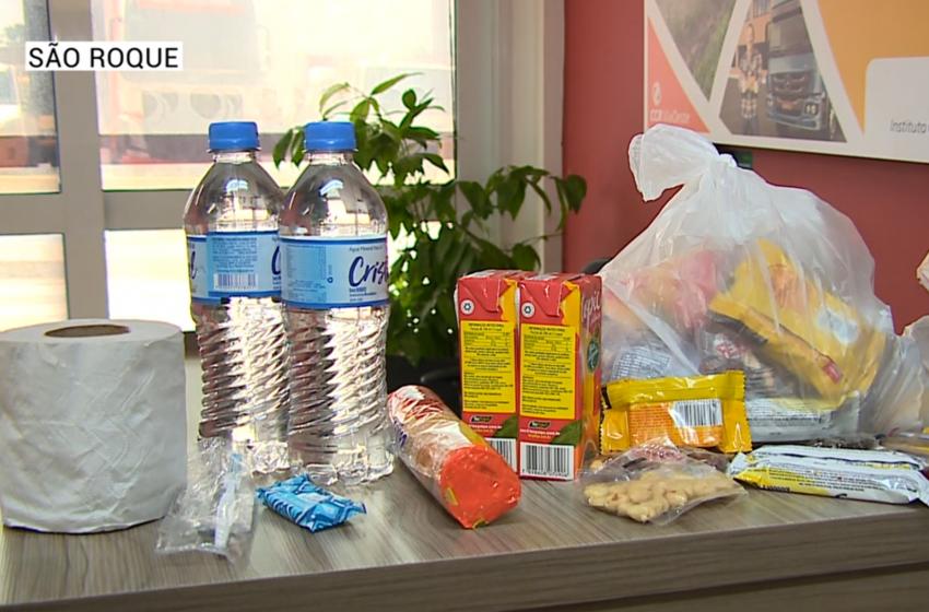 Caminhoneiros recebem kits de higiene e alimentação.