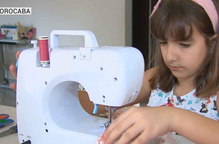 Menina de 10 anos faz máscaras para doação.