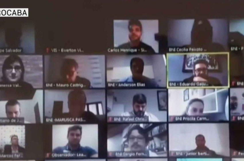 Empresários participam de reuniões virtuais de negócios.